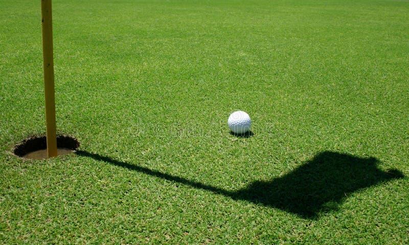 Pelota de golf en el verde imágenes de archivo libres de regalías