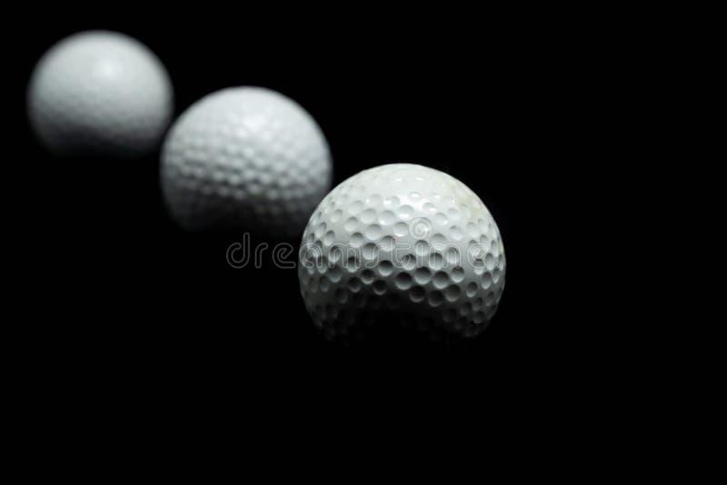 Pelota de golf en fondo negro imágenes de archivo libres de regalías
