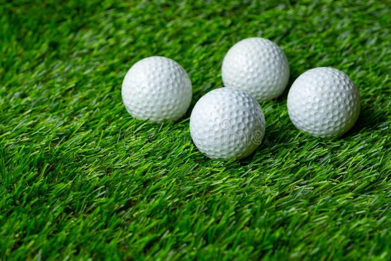 Pelota de golf en hierba fotografía de archivo libre de regalías