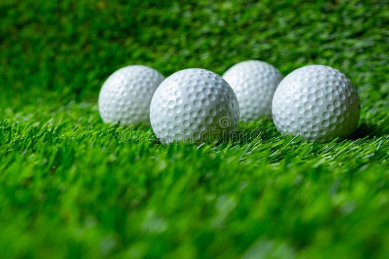 Pelota de golf en hierba fotos de archivo