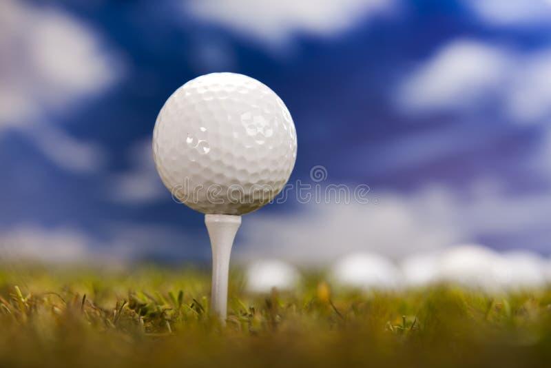 Pelota De Golf En Hierba Verde Sobre Un Cielo Azul Foto de archivo libre de regalías