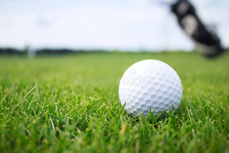 Pelota de golf en tiro de grass foto de archivo libre de regalías