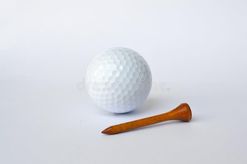 Pelota de golf y camiseta de madera imagen de archivo