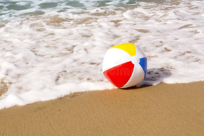 Pelota de playa en la arena fotografía de archivo