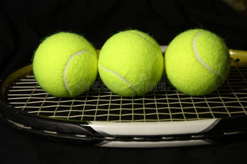 pelota de tenis 3 en la raqueta imágenes de archivo libres de regalías
