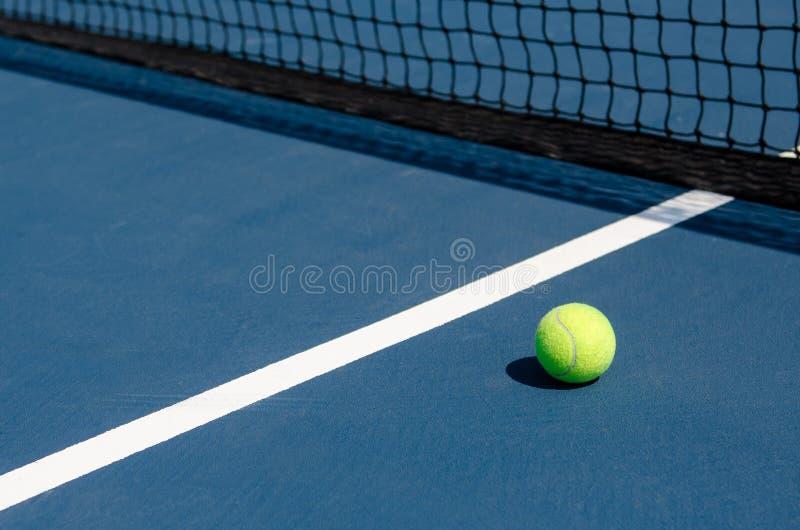 Pelota de tenis en corte imagenes de archivo