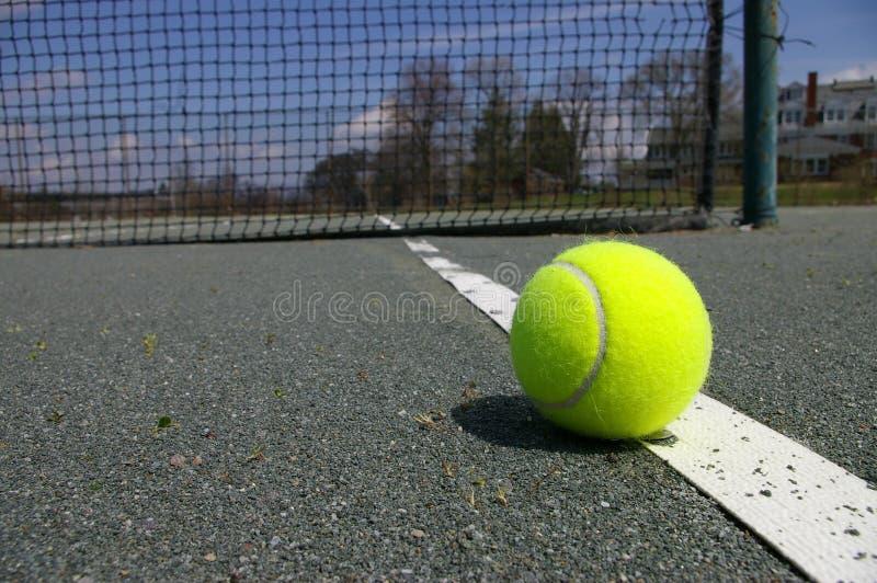Pelota de tenis en corte fotografía de archivo