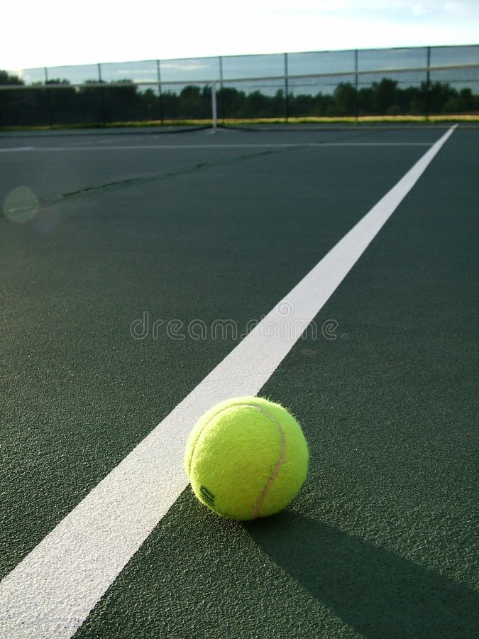 Pelota de tenis en el borde imagen de archivo