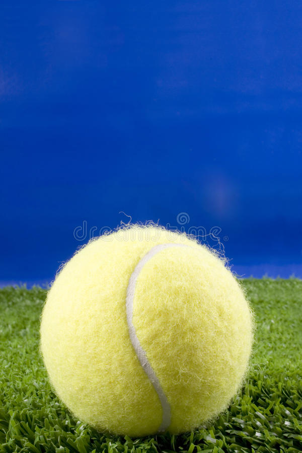 Pelota de tenis en estudio foto de archivo
