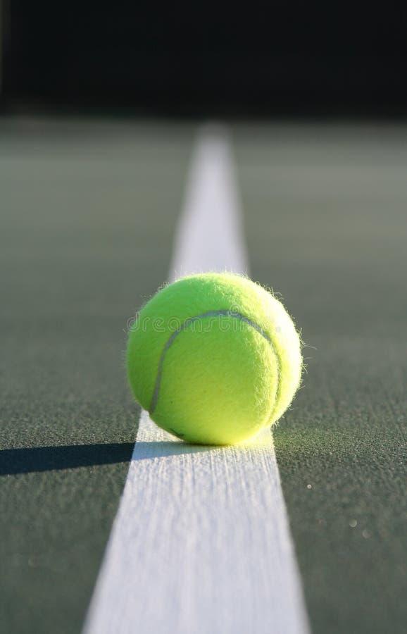 Pelota de tenis en la línea de la corte imagenes de archivo