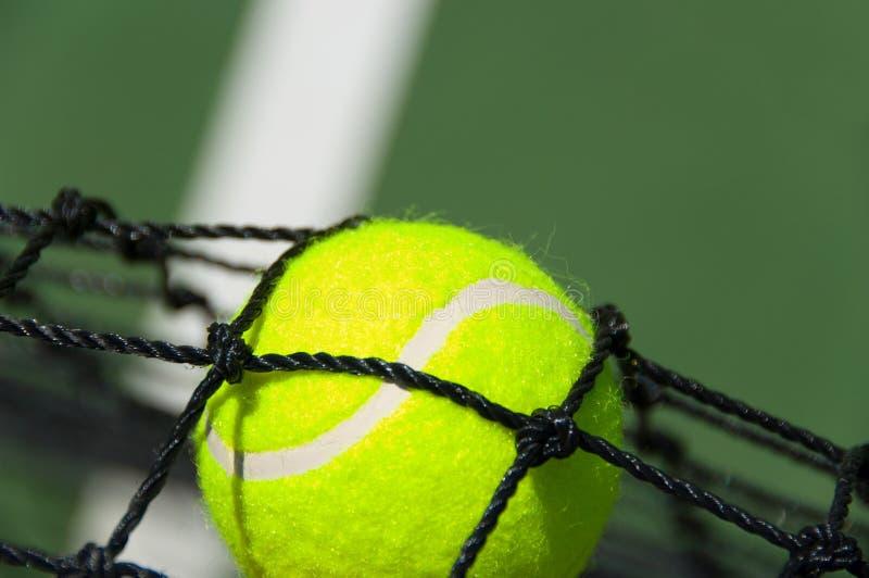 Pelota de tenis en red imagen de archivo libre de regalías