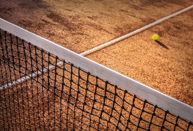 Pelota de tenis en un campo de tenis foto de archivo