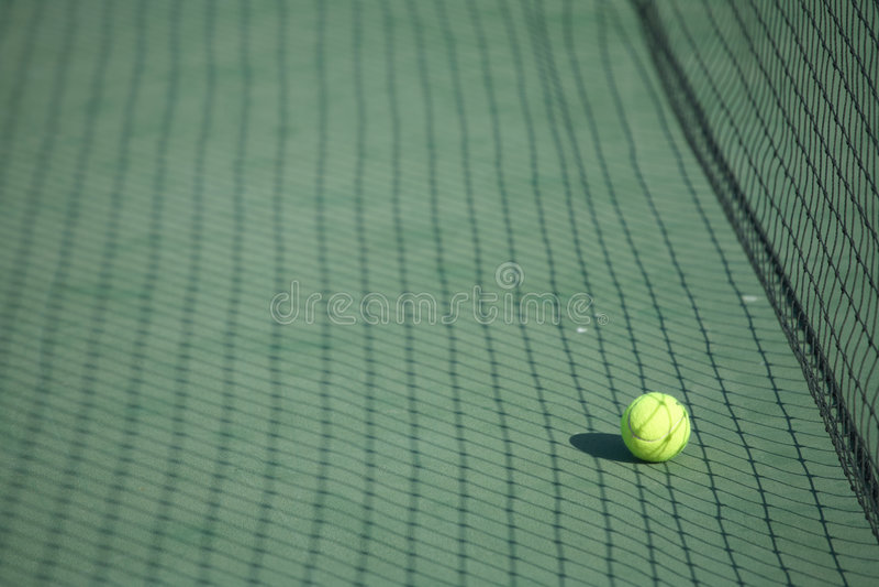 Pelota de tenis en una corte imagen de archivo libre de regalías