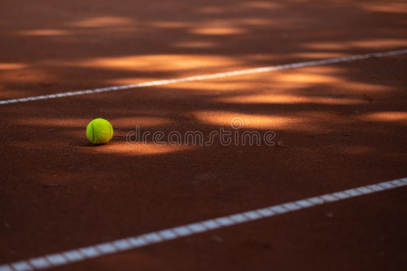 Pelota de tenis en una corte de arcilla imagenes de archivo