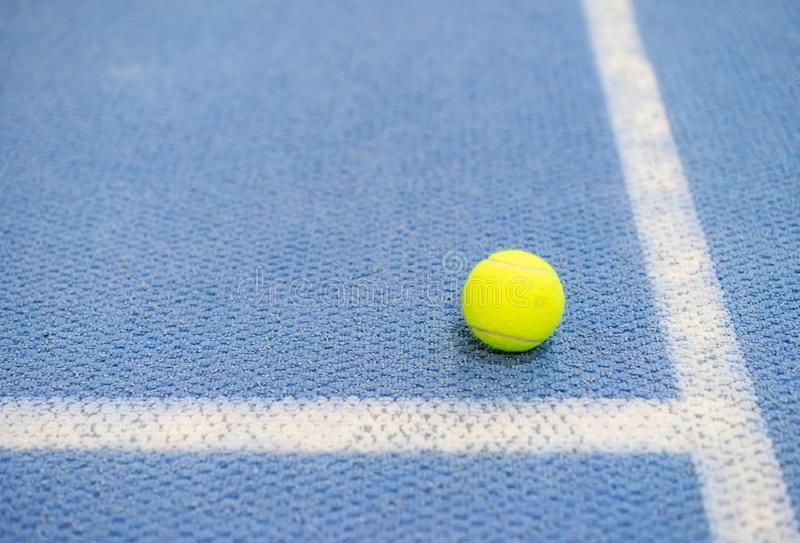Pelota de tenis interior en la pista de tenis, línea blanca fotografía de archivo