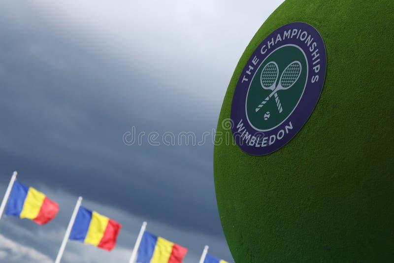 Pelota de tenis de Wimbledon y bandera rumana imagen de archivo libre de regalías