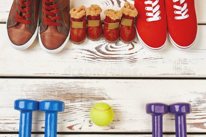 Pelota de tenis, zapatillas de deporte y pesas de gimnasia imagen de archivo libre de regalías