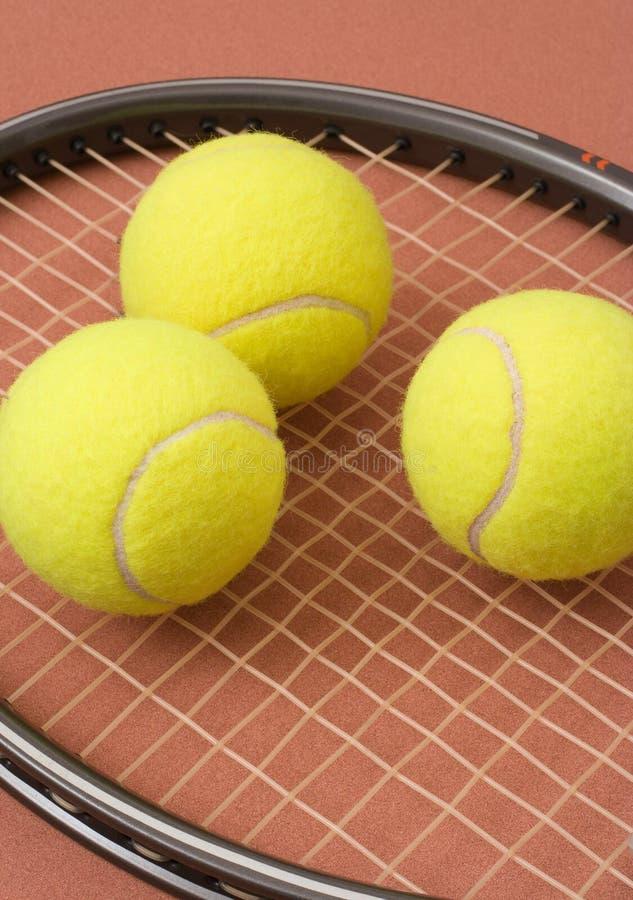 Pelotas de tenis y raqueta foto de archivo