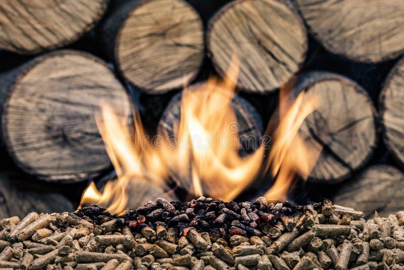 Pelotilla de madera ardiente fotografía de archivo