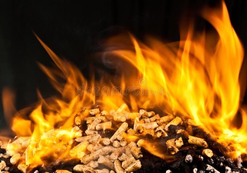 Pelotilla de madera ardiente imagenes de archivo