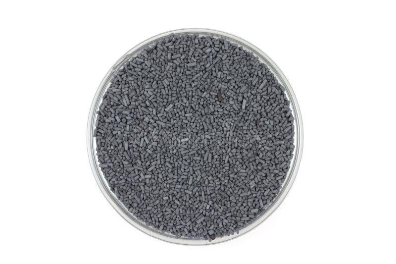 Pelotillas grises del catalizador en un envase de cristal fotografía de archivo
