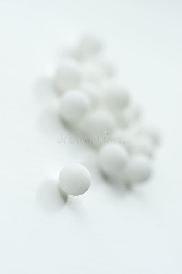 Pelotillas homeopáticas imagen de archivo libre de regalías