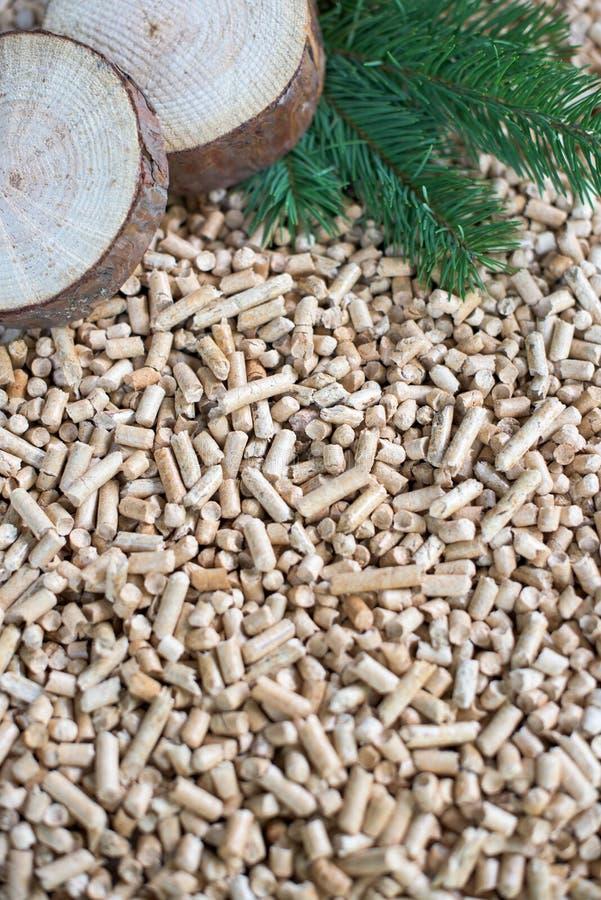 Pelotillas y biomasa del pino imagenes de archivo