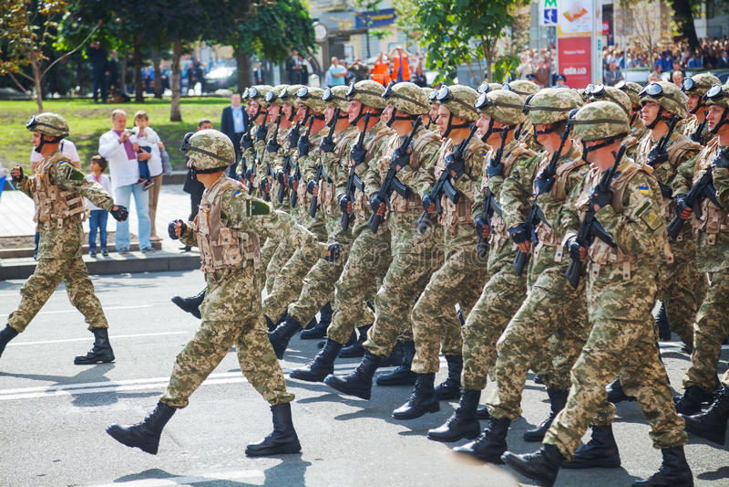 peloton d'Anti-déviation de l'armée ukrainienne au parad militaire photos stock