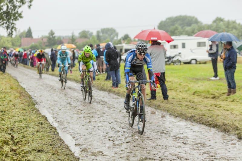 Peloton op een Keiweg - Ronde van Frankrijk 2014 royalty-vrije stock fotografie