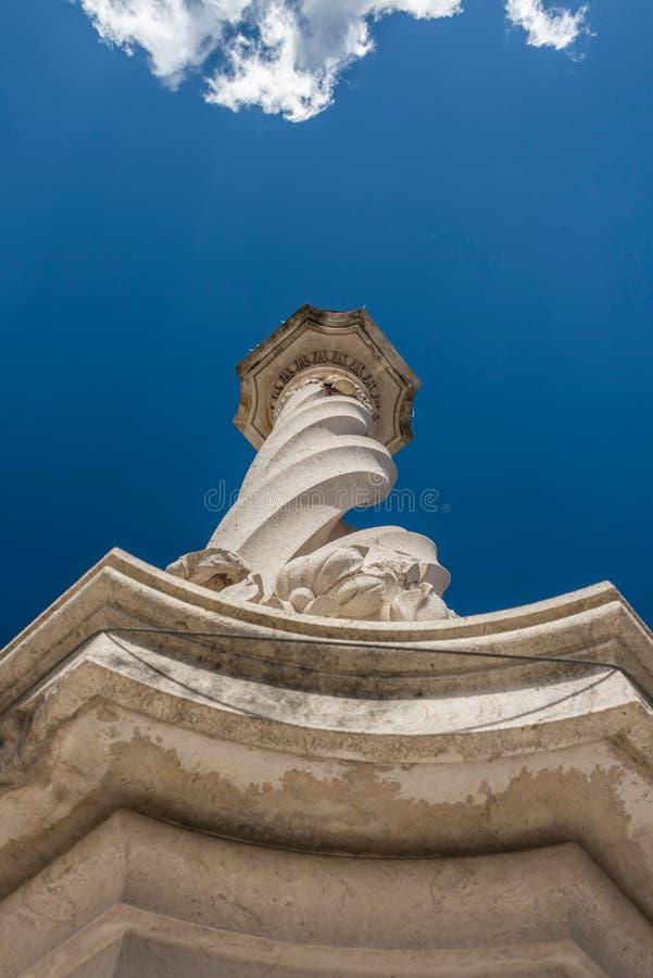 Pelourinhoen, en kolonn som föreställer rättvisa på stadshusfyrkanten i Lissabon arkivbilder