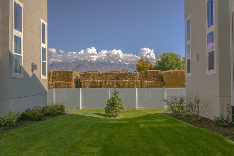 Pelouse au milieu des bâtiments en vallée de l'Utah images libres de droits
