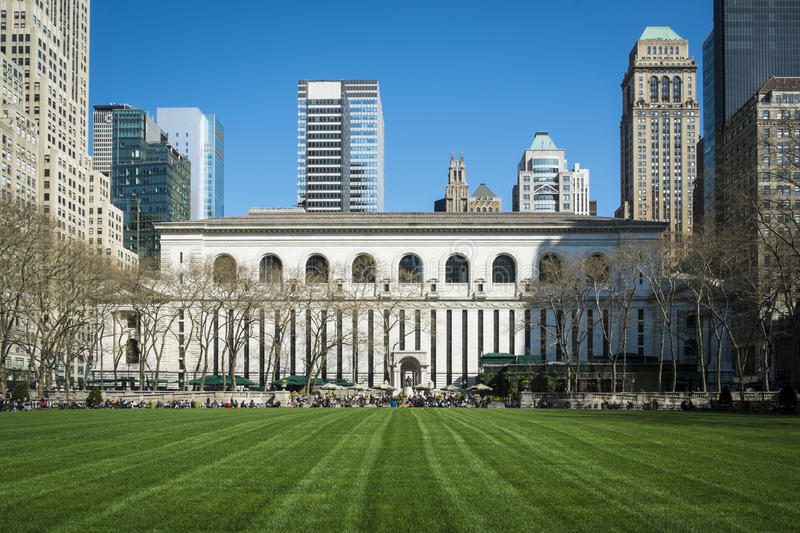 Pelouse de Bryant Park, bibliothèque de New York City image stock