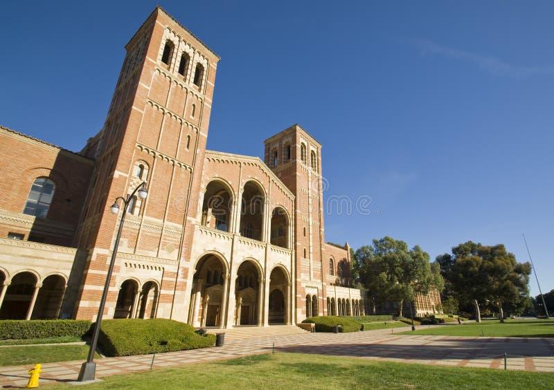 Pelouse de campus de centre d'enseignement supérieur photo libre de droits