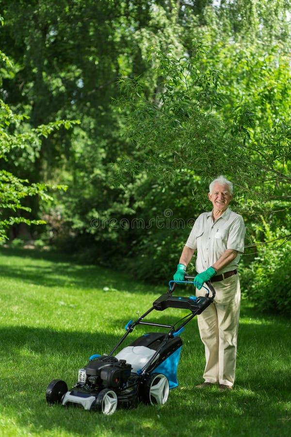 Pelouse de fauchage de jardinier supérieur image libre de droits