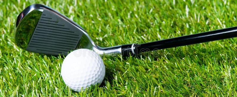 Pelouse et boule vertes avec le brassy de golf, comme fond photos libres de droits