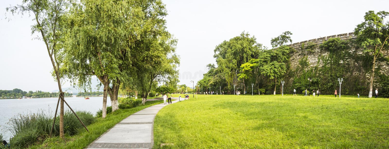 pelouse et Ming Dynasty City Wall de bord de lac images libres de droits