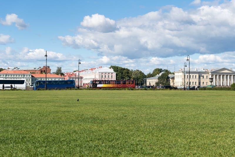 Pelouse et paysage urbain à St Petersburg images stock
