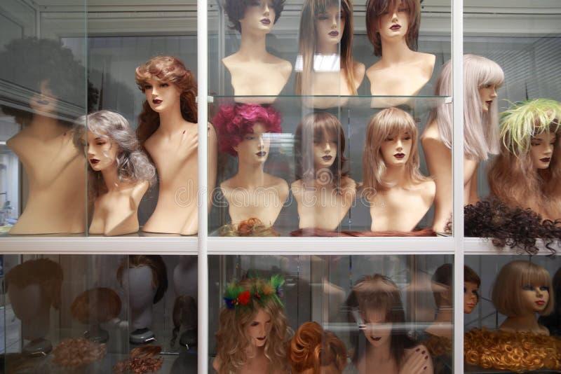 Pelucas en los maniquíes, filas de pelucas en estantes fotografía de archivo libre de regalías