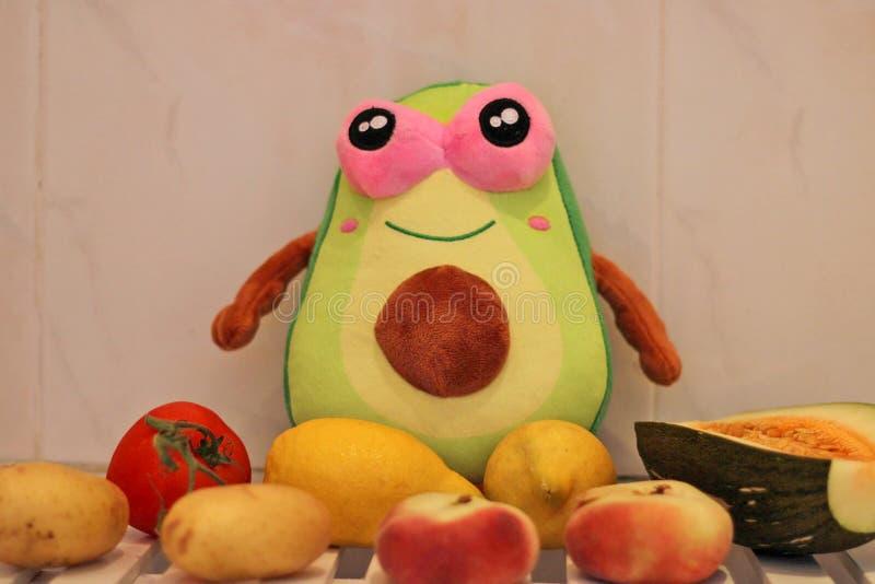 Peluche del aguacate con la fruta alrededor foto de archivo libre de regalías