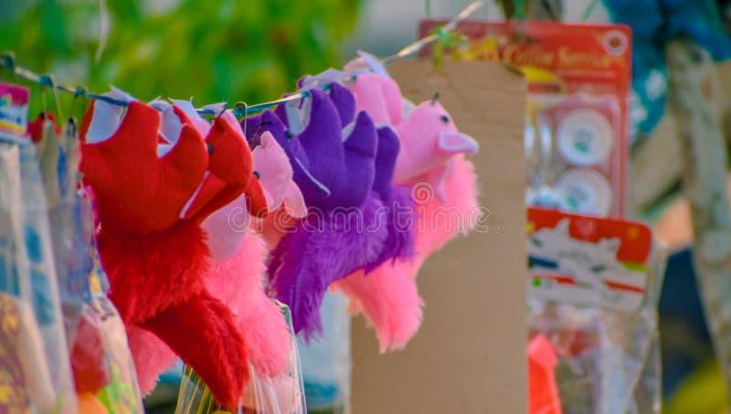 Peluches bonitas para a venda em uma loja foto de stock royalty free
