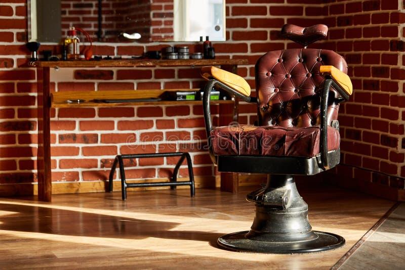 Peluquería de caballeros retra de la silla de cuero en estilo del vintage Tema de la barbería imagen de archivo libre de regalías