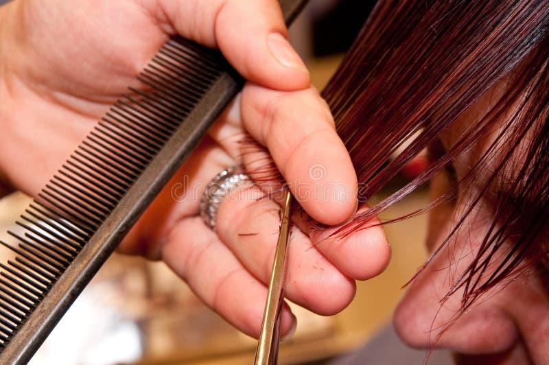 Peluquero que corta el pelo foto de archivo