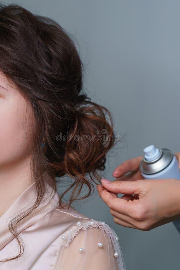 Peluquero que hace el peinado a la muchacha en sal?n de belleza imagen de archivo libre de regalías