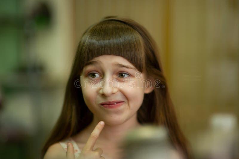 Peluquero que hace un estilo de pelo a la ni?a linda imagenes de archivo