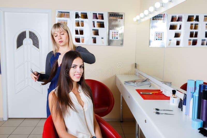 Peluquero que trabaja con el cliente en fondo de la barbería Sensual y fresco Concepto de la barbería Copie el espacio imágenes de archivo libres de regalías