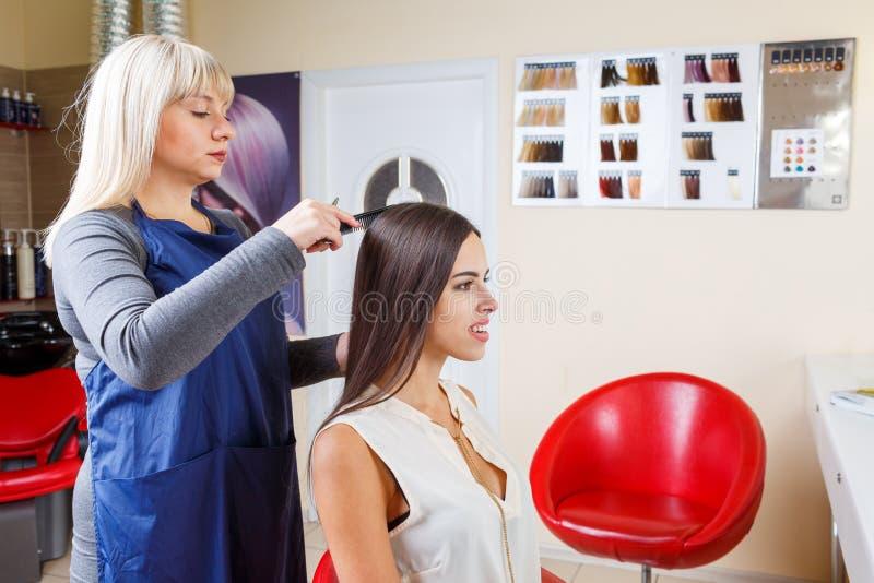 Peluquero que trabaja con el cliente en fondo de la barbería Sensual y fresco Concepto de la barbería Copie el espacio foto de archivo