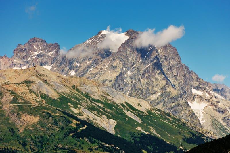 Pelvoux máximo en Alpes francés fotos de archivo