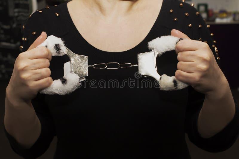 Pelz fesselt, Sexspielzeug in den weiblichen Händen mit Handschellen lizenzfreies stockfoto
