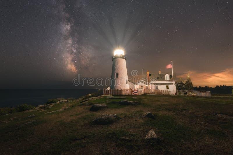 Pemaquid punktfyr under Vintergatangalaxen royaltyfri bild