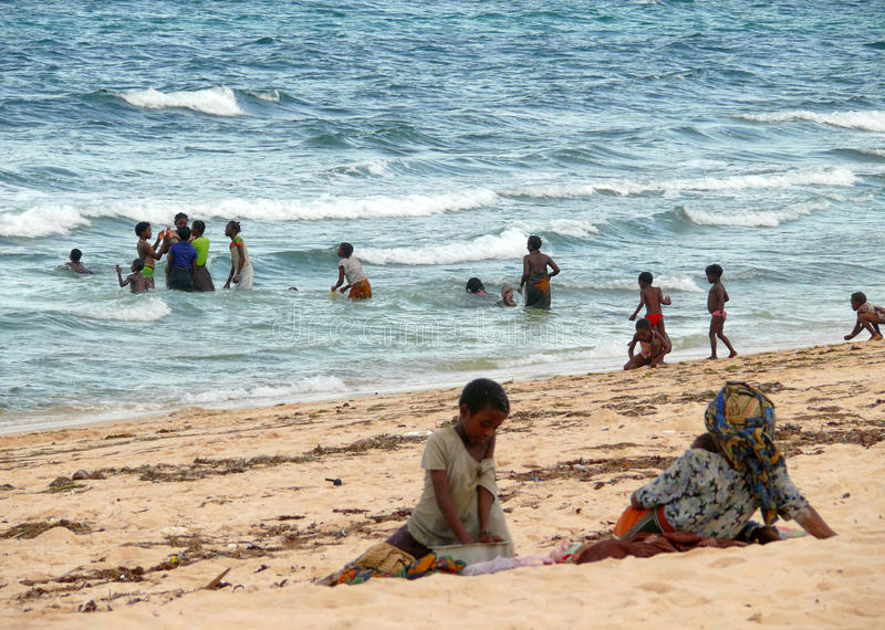 Download PEMBA, MOZAMBIQUE - 5 DESEMBER 2008: Group Of People Sunbathing Editorial Image - Image: 39522275